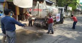 করোনা প্রতিরোধে ব্লিচিং মেশানো পানি ছিটালো মাদারীপুর পৌরসভা