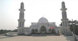 মহাসড়কের যাত্রীদের দৃষ্টি কেড়েছে মসজিদটি